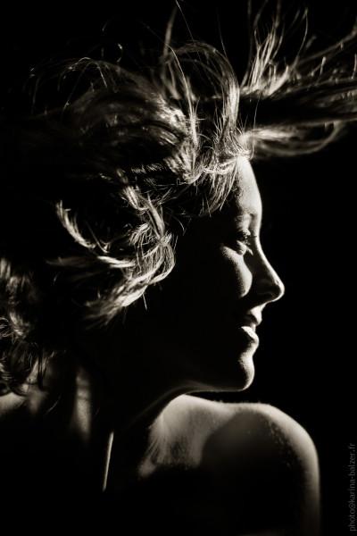 Portrait de femme noir et blanc, cheveux en mouvement, photo de studio: Karina Balzer