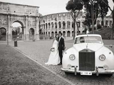 Photo de mariage de Karina Balzer, Rome avec voiture devant le colisée